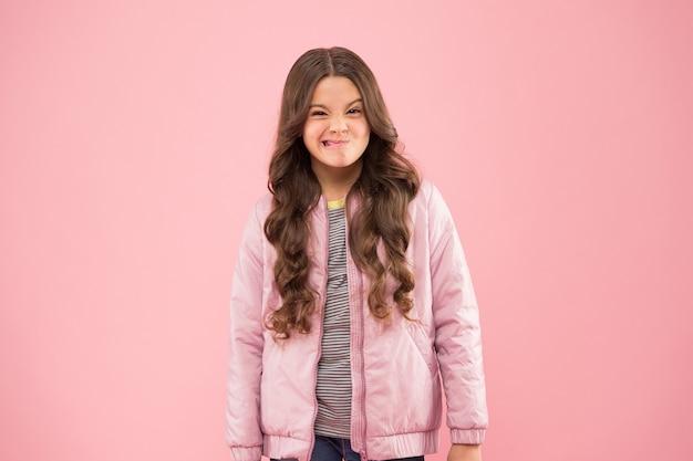 Roupa de estilo de rua. roupa confortável para o outono. roupa da moda. criança usa uma jaqueta de bombardeiro rosa. menina da moda. moda moderna para crianças. loja de roupas. tendências de outono. coleção da temporada de outono.