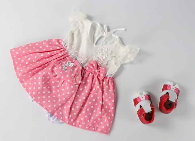 Roupa de menina rosa e branca com sapatos rasos