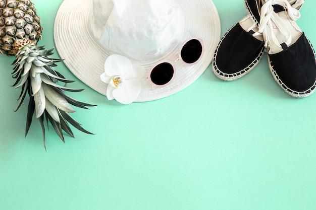 Roupa de moda feminina verão colorido flat-lay.