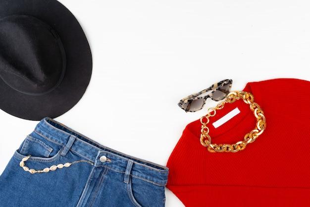 Roupa de mulher com blusa vermelha e acessórios em branco