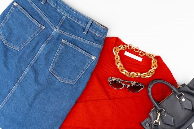 Roupa de mulher com blusa vermelha e acessórios