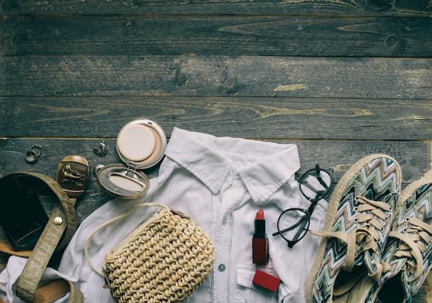Roupa de mulher com camisa branca e acessórios