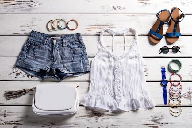 Roupa de mulher com top de renda. roupa de verão na vitrine. roupa casual de senhora para o verão. roupa muito leve para meninas.