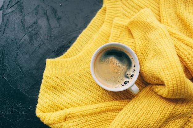 Roupa de outono e café expresso para mulher