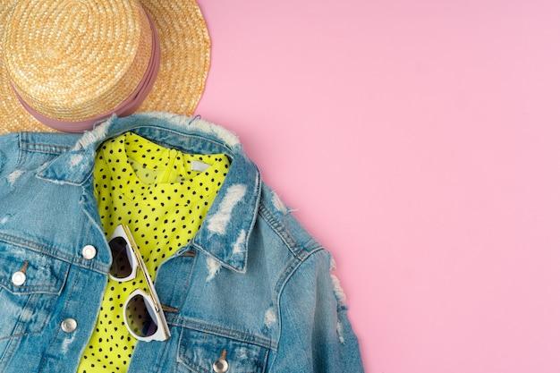 Roupa de verão elegante para mulher em rosa pastel