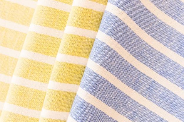 Roupa dobrada de tecido amarelo e azul