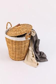 Roupa em uma cesta de madeira da lavanderia isolada no fundo branco. foto de alta qualidade