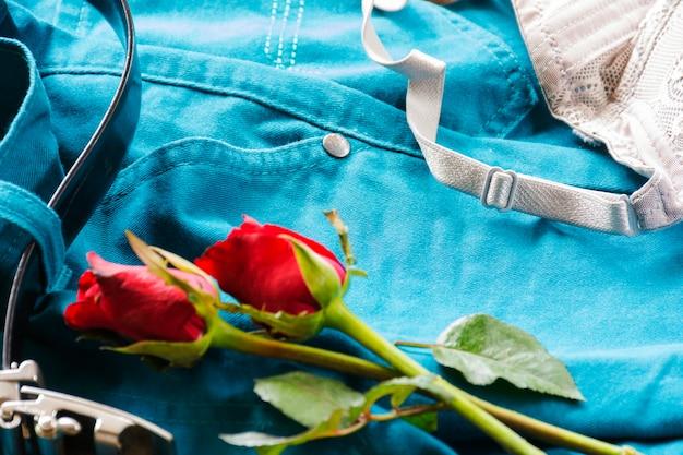 Roupa interior com rosas nas calças com cinto. sexo ou história dos namorados.