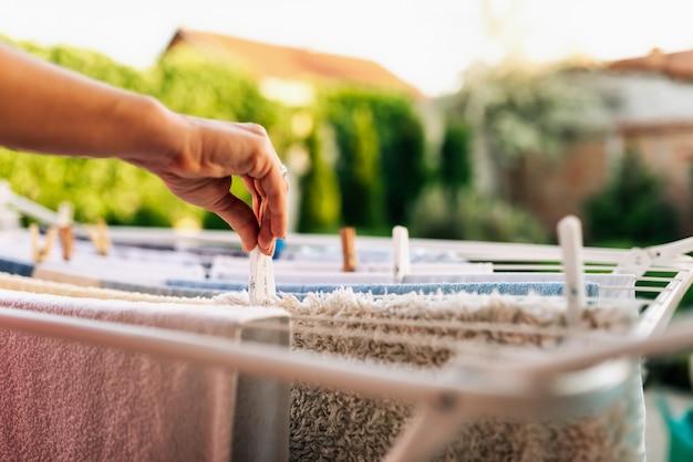 Roupa limpa pendurada para secar no ar no quintal.