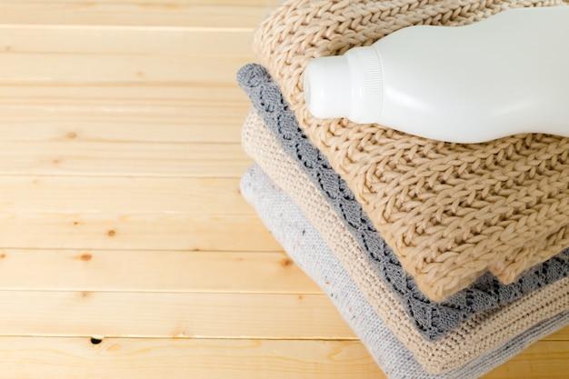 Roupa pura com detergente para a louça