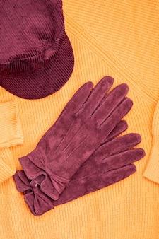 Roupa quente em cores da moda para o tempo frio