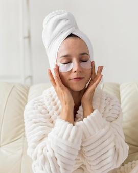 Roupão de spa em casa e tratamento para olheiras
