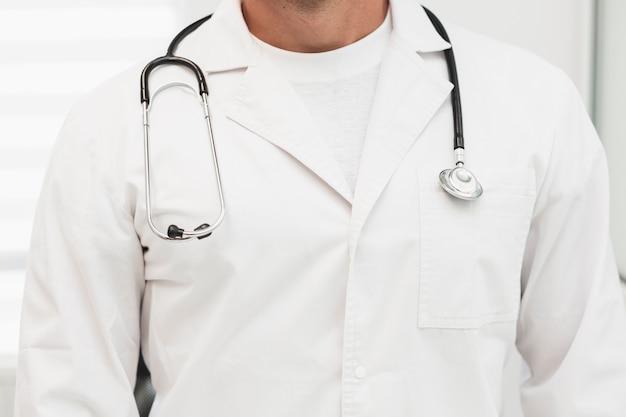 Roupão médico masculino com estetoscópio nos ombros