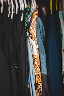 Roupas azuis e marrons no armário