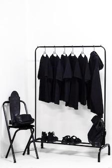 Roupas, bolsa e sapatos todos no camarim preto