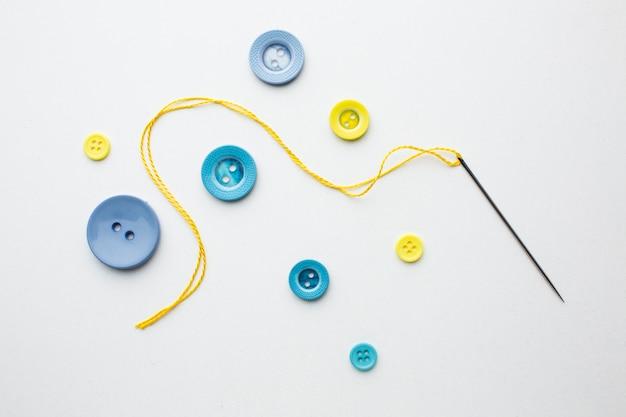 Roupas botões coloridos costura design