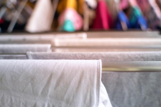 Roupas brancas penduradas para secar