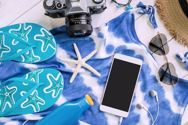 Roupas casuais femininas com itens de acessórios e smartphone com tela vazia