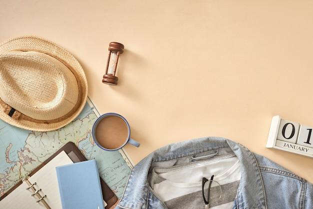Roupas casuais masculinas com acessórios para viagens durante as férias