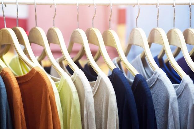 Roupas casuais variedade colorida em cabides em uma loja de varejo.