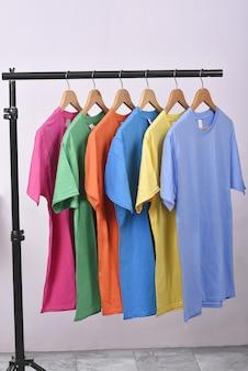 Roupas coloridas com roupas gancho em pendurar