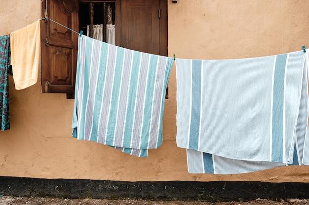 Roupas coloridas penduradas para secar na rua velha