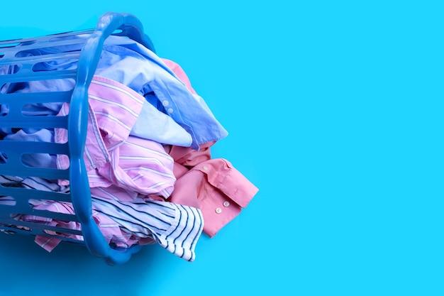 Roupas com cesto de roupa suja.