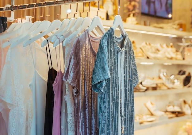 Roupas da moda em uma loja boutique.