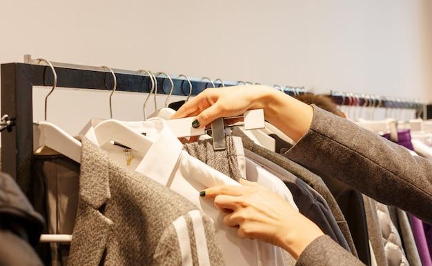 Roupas da moda estão penduradas em cabides na loja