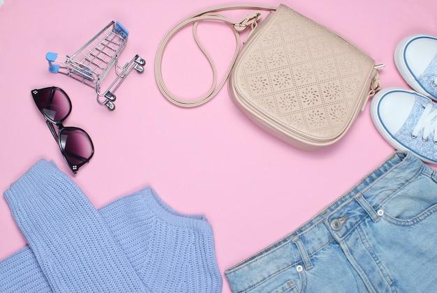 Roupas da moda feminina, sapatos e acessórios em rosa.