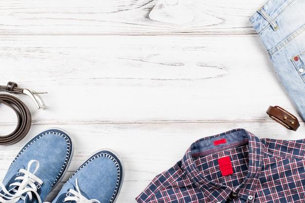 Roupas da moda masculina em estilo casual. vista superior, espaço de cópia