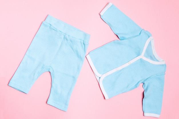 Roupas de bebê azul com camisa e calça. criança design moda verão