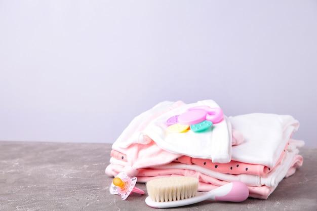 Roupas de bebê com acessórios para chuveiro