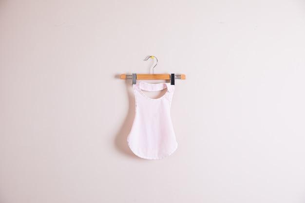 Roupas de bebê e acessórios em fundo de madeira