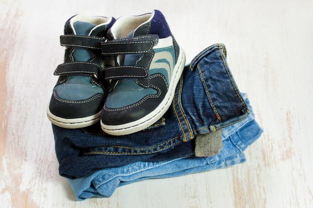 Roupas de bebê e sapatos