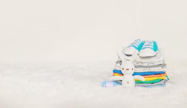 Roupas de bebê em um branco