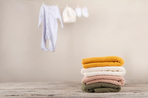 Roupas de bebê em uma corda seca. o conceito de lavar as coisas