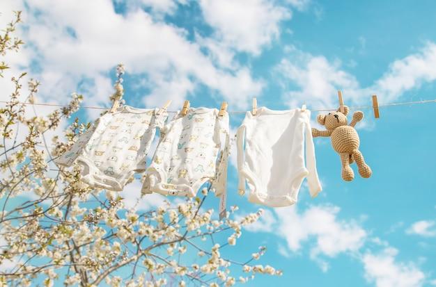 Roupas de bebê estão secando na rua. foco seletivo.