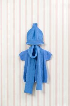 Roupas de bebê na linha de roupa contra o fundo branco