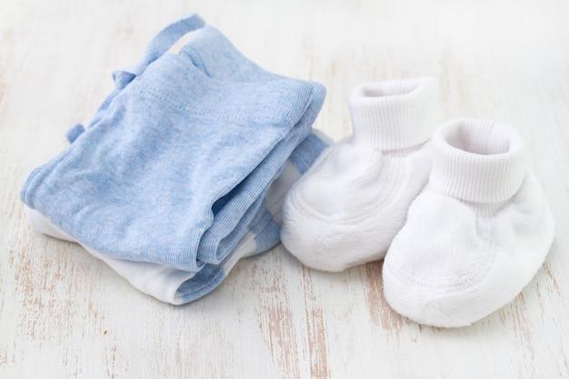 Roupas de bebê na superfície branca