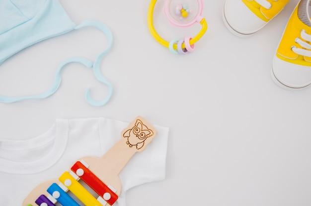 Roupas de bebê plana leiga com xilofone