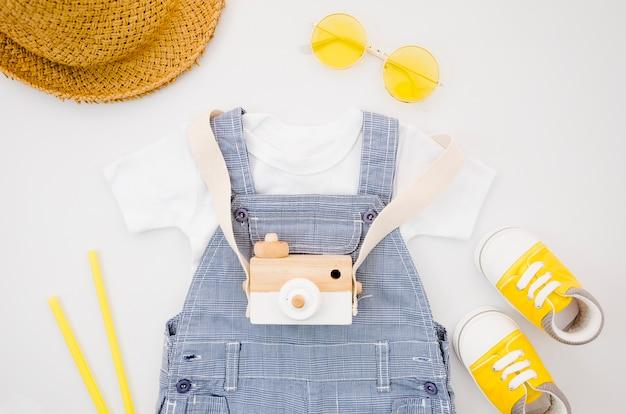 Roupas de bebê plana leigos com câmera fotográfica