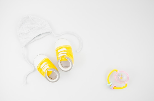 Roupas de bebê plana leigos com fundo branco