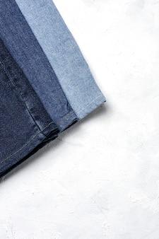 Roupas de calças jeans empilham o fundo. detalhe de jeans bonitos