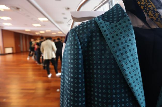 Roupas de design de moda em display rack em loja de varejo