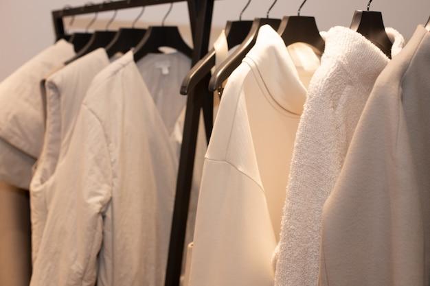 Roupas de design de moda em display rack no varejo