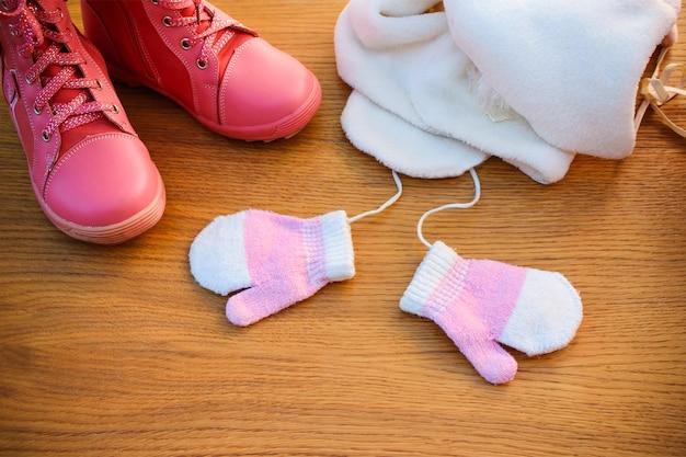 Roupas de inverno para crianças: chapéu, cachecol, luvas, botas