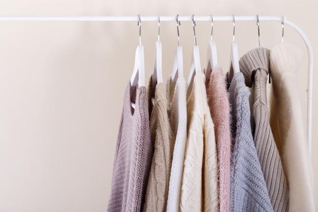 Roupas de malha quentes penduradas em um rack