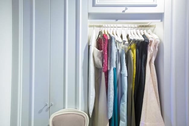 Roupas de moda em display rack na loja de varejo