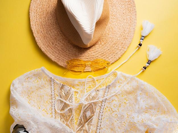 Roupas de moda mulher verão e acessório definido em amarelo